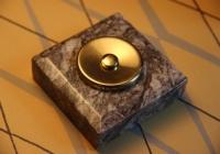 bouton de sonnette marbre carré gris et laiton